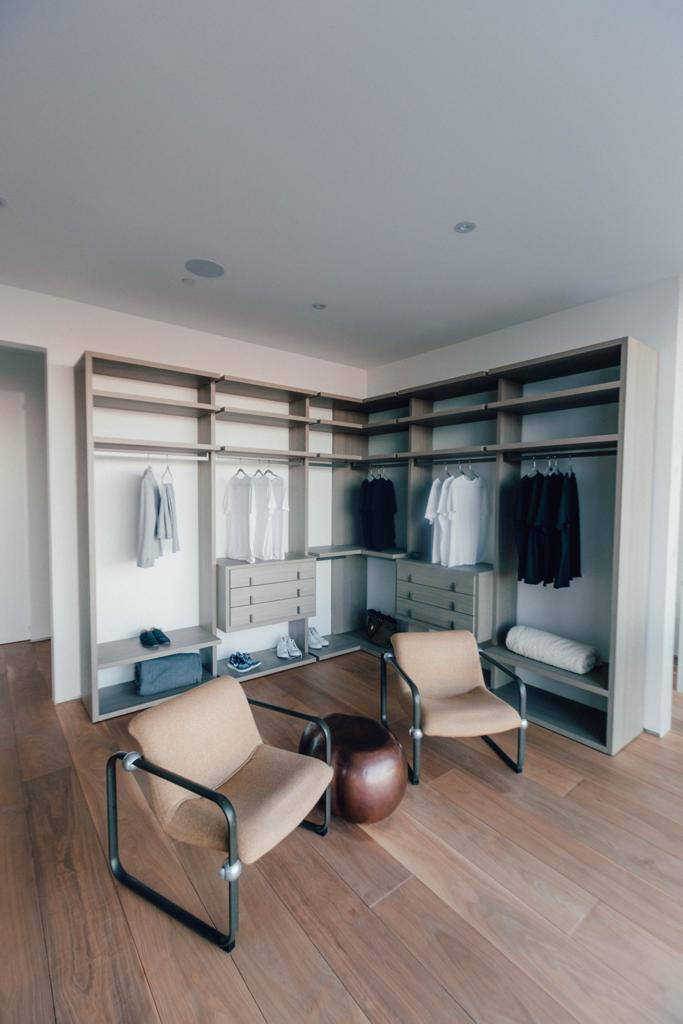 Walk-in Wardrobe Vibe With Shelving Space